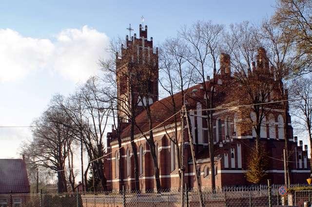 Wyniosła bryła dywickiego kościoła widoczna jest z daleka - full image