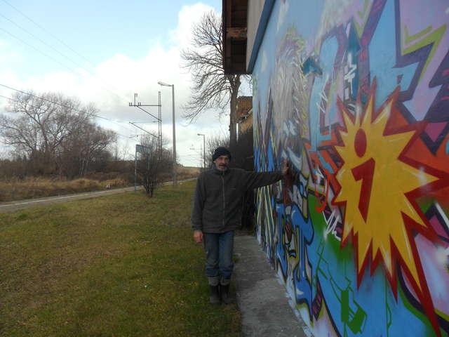 Bartąg: Pan Ryszard i graffiti na ścianie jego domu - full image
