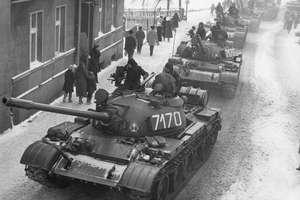 W nocy zaczęły się aresztowania, na ulice wyjechały czołgi