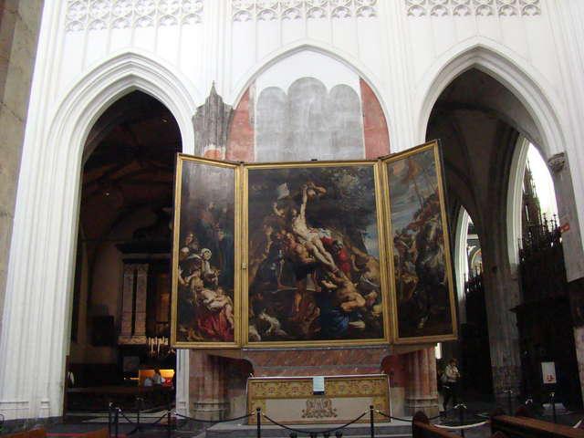 """Słynny tryptyk Petera Rubensa, znany jako """"Krzyż"""" lub """"Podniesienie krzyża"""", wisi nad głównym ołtarzem katedry NMP w Antwerpii - full image"""
