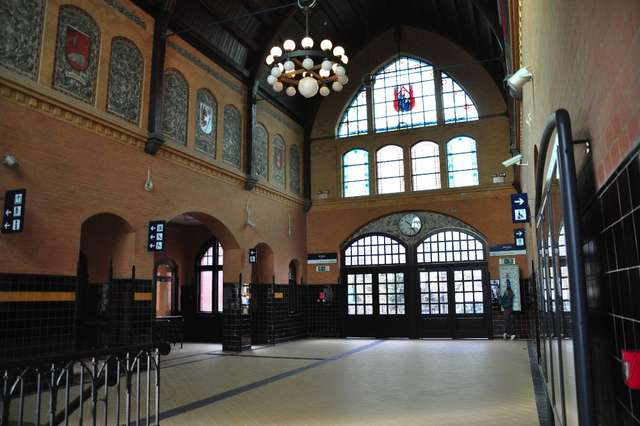 Hol iławskiego dworca kolejowego - full image