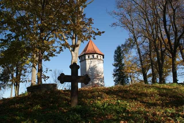 Zabytkowa wieża ciśnień stoi na terenie dawnego cmentarza ewangelickiego - full image