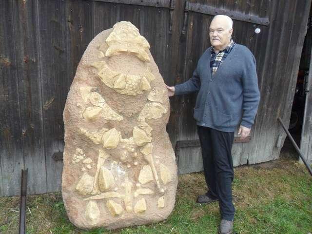 Wojciech Skarżyński i odlew dinozaura, na co dzień przechowywany w stodole - full image