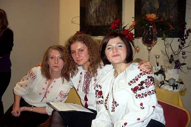Dziewczyny z zespołu Izprezhdy Vika w ludowych strojach ukraińskich. Od lewej: Ania Właszyn, Maria Chomyn i Ola Hrybek. Wigilia słowiańska w olsztyńskim klubie Baccalarium ( 2009 rok) - full image
