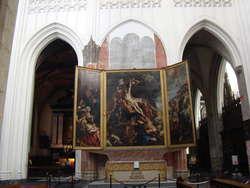 """Słynny tryptyk Petera Rubensa, znany jako """"Krzyż"""" lub """"Podniesienie krzyża"""", wisi nad głównym ołtarzem katedry NMP w Antwerpii"""