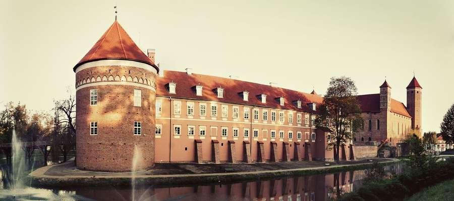 Na pierwszym planie odbudowany Pałac Grabowskiego, w głębi widać wschodnie skrzydło zamku