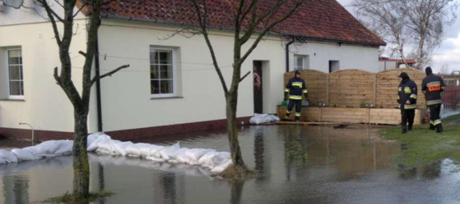 Woda zalała stojące w pobliżu portu budynki