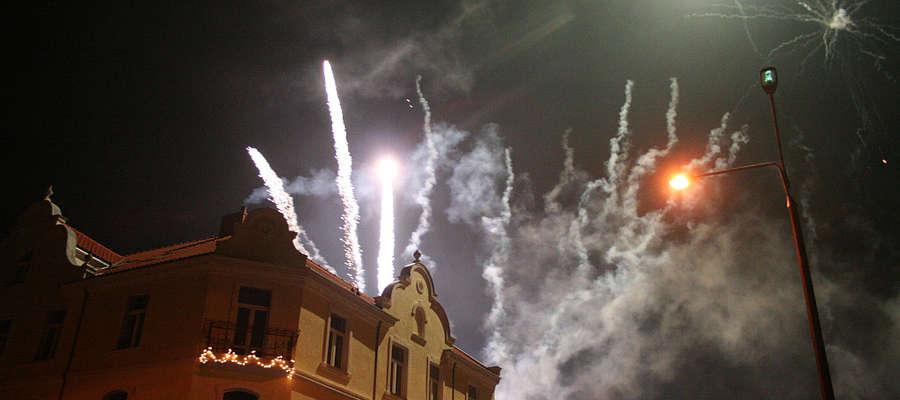 Fajerwerki oświetlały Bisztynek przez kilkanaście minut Nowego Roku.