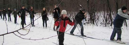Zdjęcie jest ilustracją do tekstu — tu młodzież uczy się narciarstwa biegowego w Wiosce Narciarskiej Wiartel