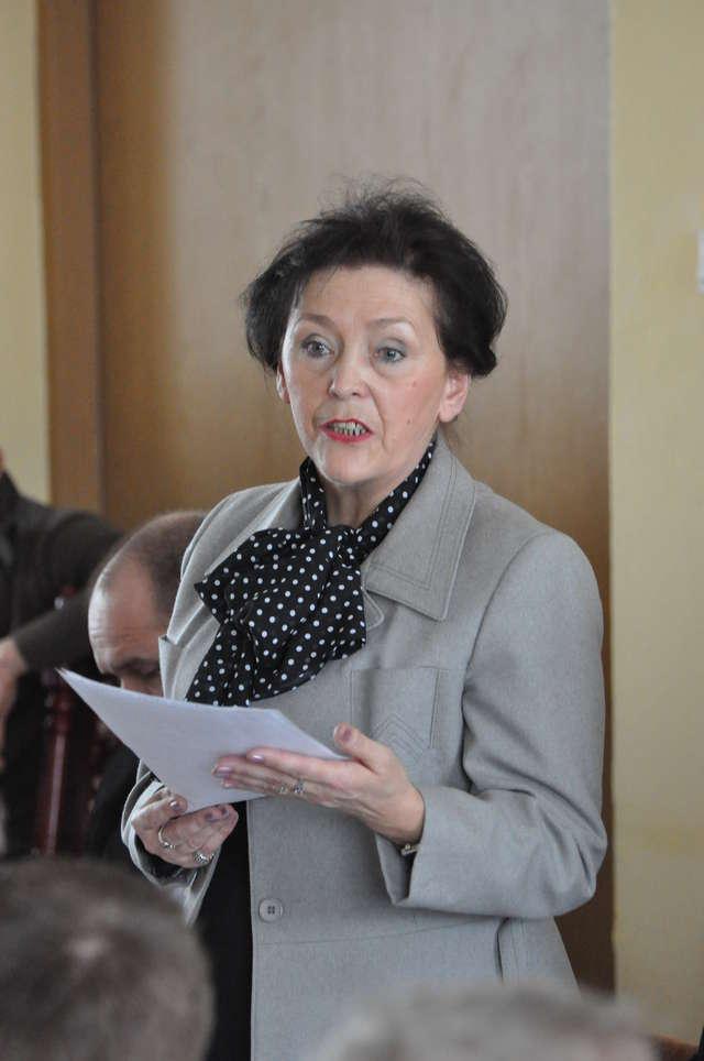 Przewodnicząca komisji oświaty podaje argumenty - full image