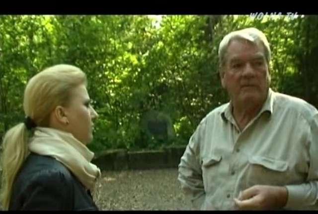 David Irving w Wilczym Szańcu w rozmowie z reporterką strony wolnatv Wiolettą Czech   - full image