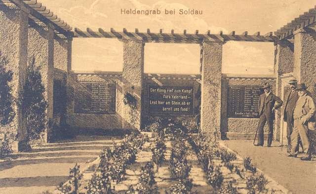 Wnętrze mogiły z tablicami poległych żołnierzy  - full image