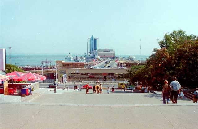 Widok na port i strzelisty Hotel Odessa  - full image