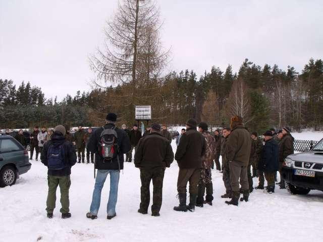 Trzeba wielu ludzi, żeby dobrze policzyć łosie; zbiórka uczestników akcji w Nadleśnictwie Olsztynek - full image
