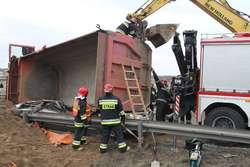 Ciężarówka przygniotła osobówkę. 2 osoby nie żyją . Film