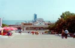 Widok na port i strzelisty Hotel Odessa