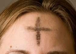 Posypanie głowy popiołem jest symbolem naszego wewnętrznego poddania się Woli Boga.