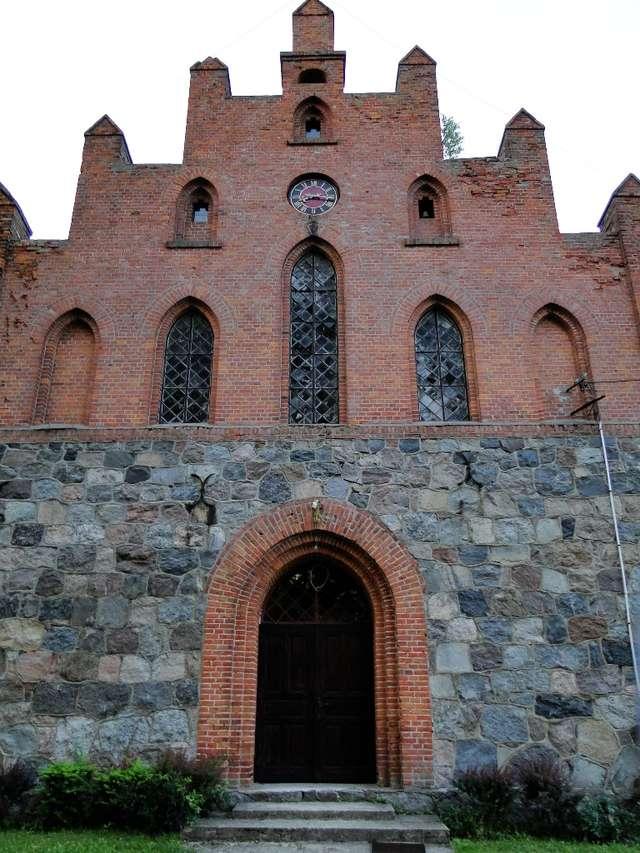 Neogotycki kościół w Mielnie jest filią parafii w Stębarku - full image