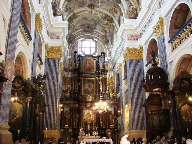 Wnętrze kościoła w Świętej Lipce, widok na ołtarz główny - full image