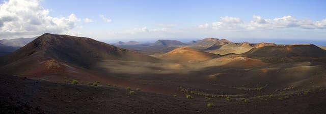 Powierzchnia wyspy jest iście księżycowa - powstała w wyniku wybuchów wulkanów. - full image