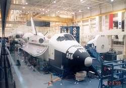 """Prom kosmiczny """"Challenger"""" na hali montażowej"""