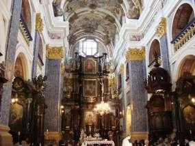 Wnętrze kościoła w Świętej Lipce, widok na ołtarz główny