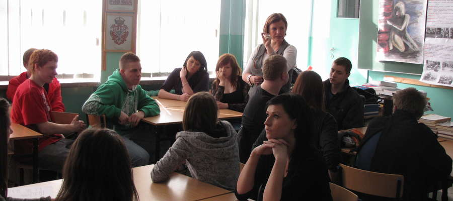 """Uczniowie klasy II Technikum Logistyczne pod przewodnictwem Małgorzaty Roguszewskiej przedstawili tzw. żywą lekcję historii na temat """"Faszyzm zrodził zagładę"""""""