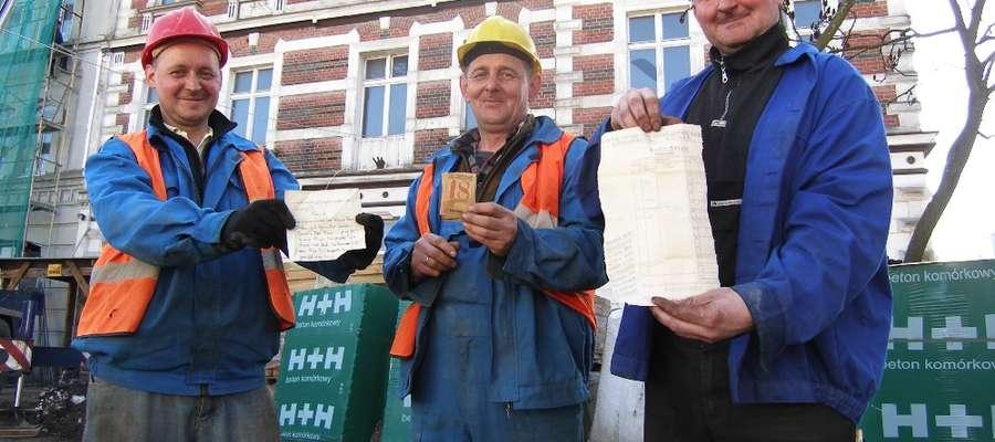 Oto pracownicy, którzy odnaleźli dokumenty na strychu iławskiej kamienicy. Od lewej strony Marcin Zaborski z Iławy, brygadzista Andrzej Rutkowski z Ząbrowa oraz Paweł Krasiński, także z Iławy
