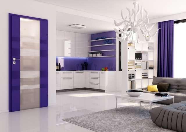 Drzwi wewnętrzne w kolorze głębokiego fioletu staną się jednym z głównych akcentów barwnych salonu z aneksem kuchennym - full image