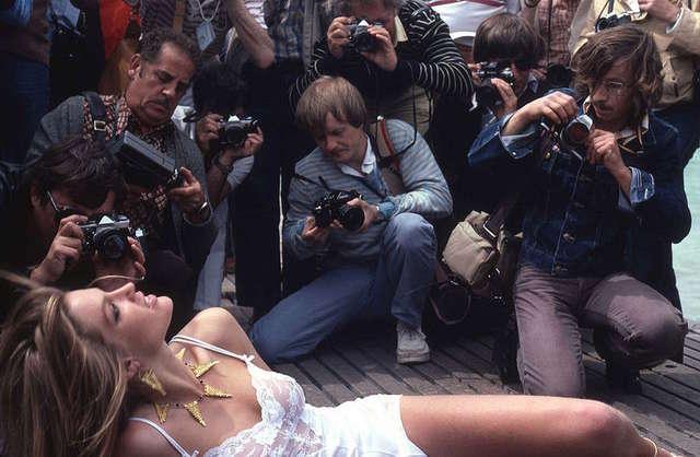Aktorzy pozujący fotoreporterom są elementem folkloru festiwalu - full image
