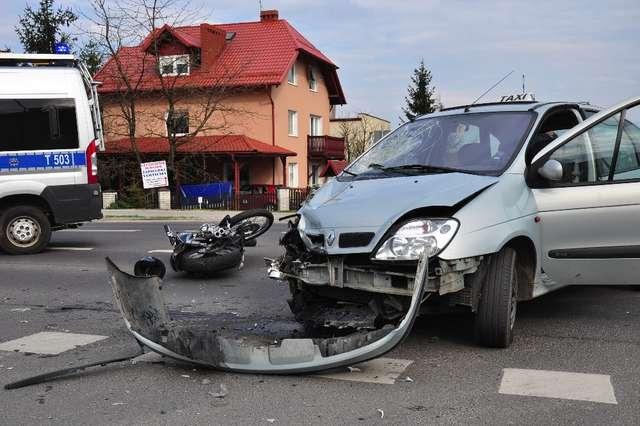 Wypadek na Dąbrowskiego — taksówka zderzyła się z harleyem  - full image