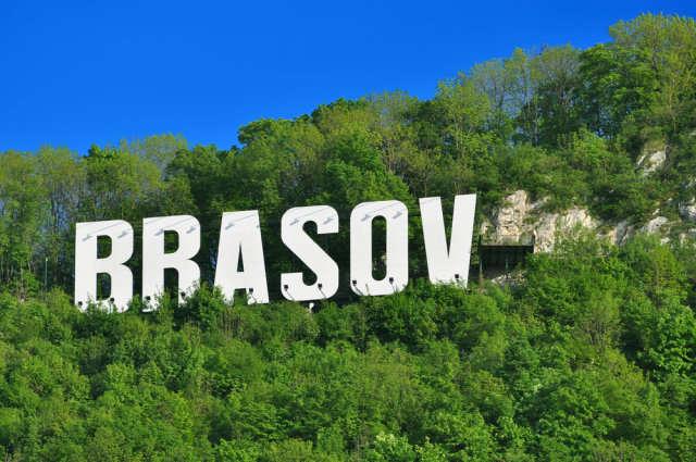 Braszów wita gości niczym amerykański Hollywood — białymi, wielkimi literami z nazwą miasta, położonymi na zielonym wzgórzu. - full image