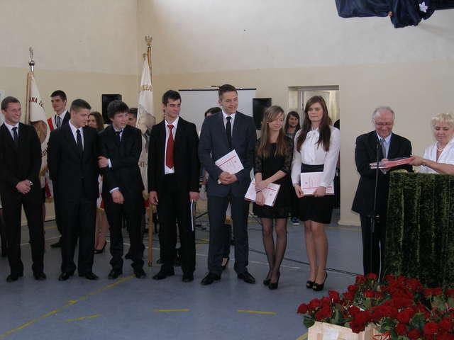 Grupa nagrodzonych maturzystów z działdowskiego ZS nr 1. Nagrody wręczają dyrektor Adam Stolarski i wychowawczyni Mirosława Solarz  - full image