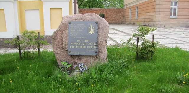 """Głaz przed cerkwią greckokatolicką w Reszlu upamiętniający 60-rocznicę Akcji """"Wisła"""" - full image"""