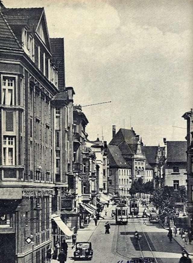 Ul. 1 Maja w latach 30. XX wieku, w głębi Sąd Miejski i Okręgowy.  - full image