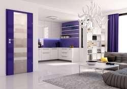 Drzwi wewnętrzne w kolorze głębokiego fioletu staną się jednym z głównych akcentów barwnych salonu z aneksem kuchennym