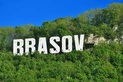 Braszów wita gości niczym amerykański Hollywood — białymi, wielkimi literami z nazwą miasta, położonymi na zielonym wzgórzu.