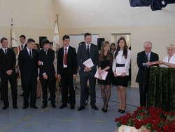 Grupa nagrodzonych maturzystów z działdowskiego ZS nr 1. Nagrody wręczają dyrektor Adam Stolarski i wychowawczyni Mirosława Solarz
