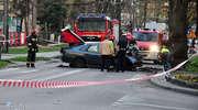 19-letni kierowca rozbił się na drzewie w centrum miasta