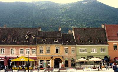 Centrum Braszowa znajduje się między trzena wzgórzami. To tutaj znajduje się najwęższa w Europie ulica, której szerokość nie przekracza 132 cm