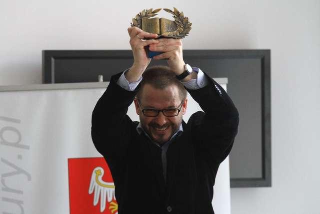 Tomasz Białkowski dostał Wawrzyn - Literacką Nagrodę Warmii i Mazur - full image