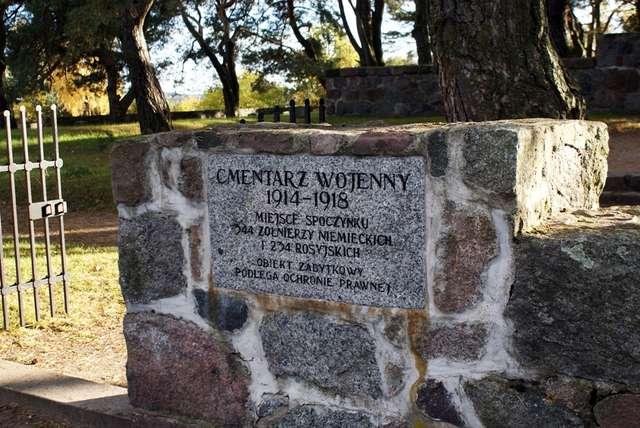 Cmentarz jest zabytkiem chronionym prawem - full image