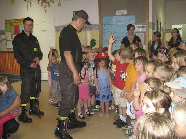 Spotkanie ze strażakami w Miejskim Przedszkolu Bajka w Ełku - full image