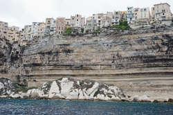 Miasto położone jest na kilkudziesięciometrowej skarpie