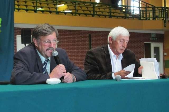 Kurator Jezioraka Antoni Paciorkowski (z lewej strony) i dyrektor klubu Kazimierz Paluszewski - full image