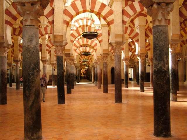 Las kolumn w Wielkim Meczecie (La Mezquita) w Kordobie. - full image