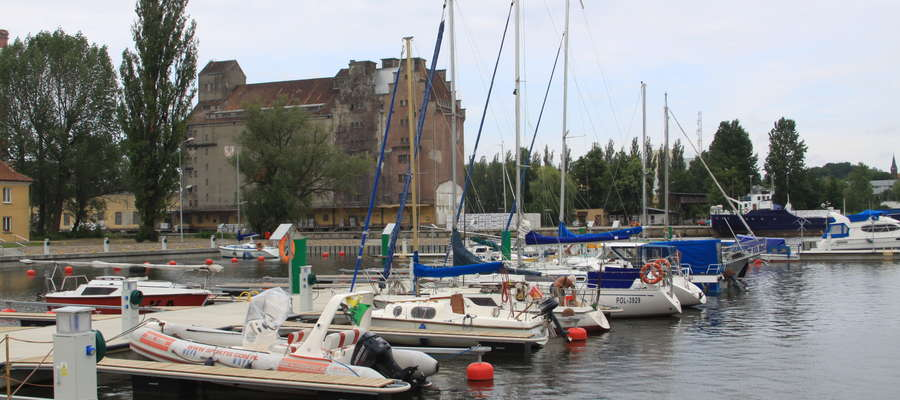 Na terenie elbląskiego jachtklubu powstały nowe pomosty cumownicze, przy których będzie 71 miejsc do cumowania (wcześniej 35)