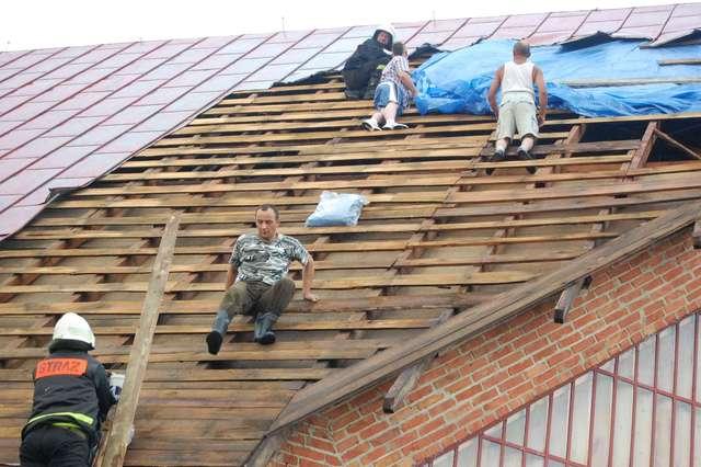 Krysiaki: Wichura zerwała dach kościoła - full image