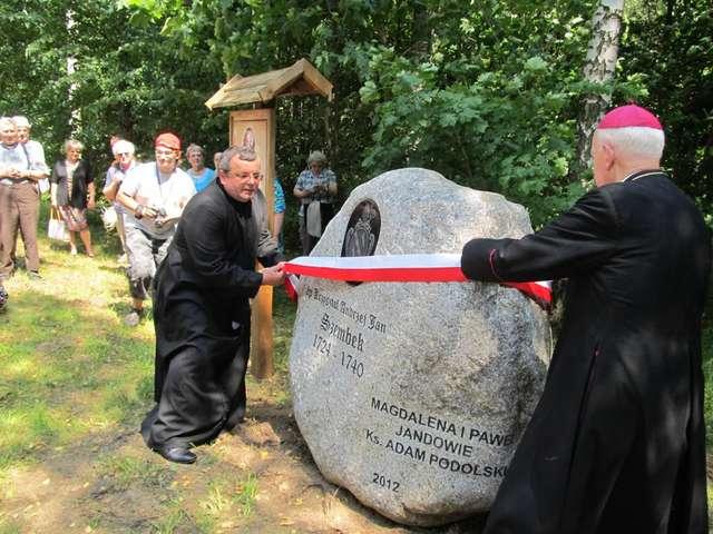 Głaz poświęcony biskupowi Krzysztofowi Szembekowi odsłaniają: jeden z fundatorów ks. Adam Podolski (z lewej) i arcybiskup senior Archidiecezji Warmińskiej Edmund Piszcz - full image