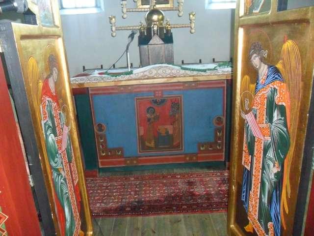 Pod ołtarzem widoczna ikona autorstwa Jerzego Nowosielskiego, zmarłego w lutym 2011 roku sławnego polskiego malarza i pisarza ikon.    - full image